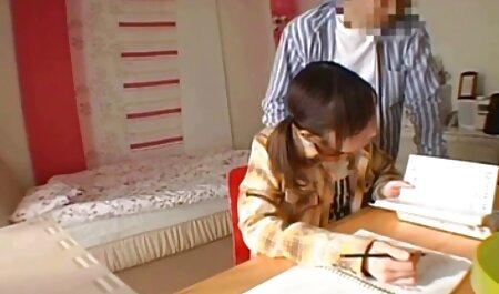 太ももに入れ墨を持つ若い乳首は、頬を通して人を成熟させ、彼女の夫を垣間見ることができます 女の子 用 エロ 動画